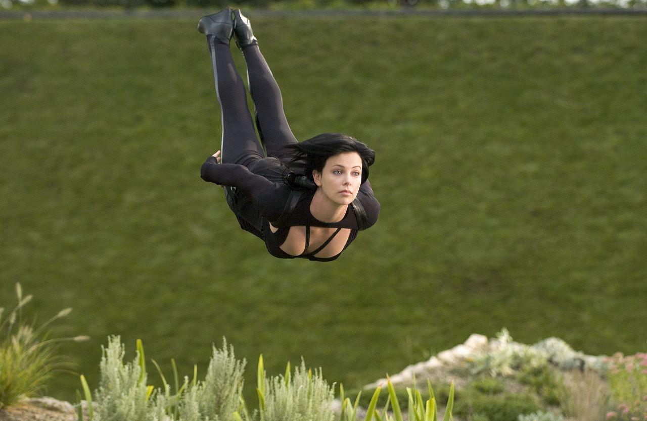 映画「イーオン・フラックス」でおっぱいアピールしながら飛ぶ女
