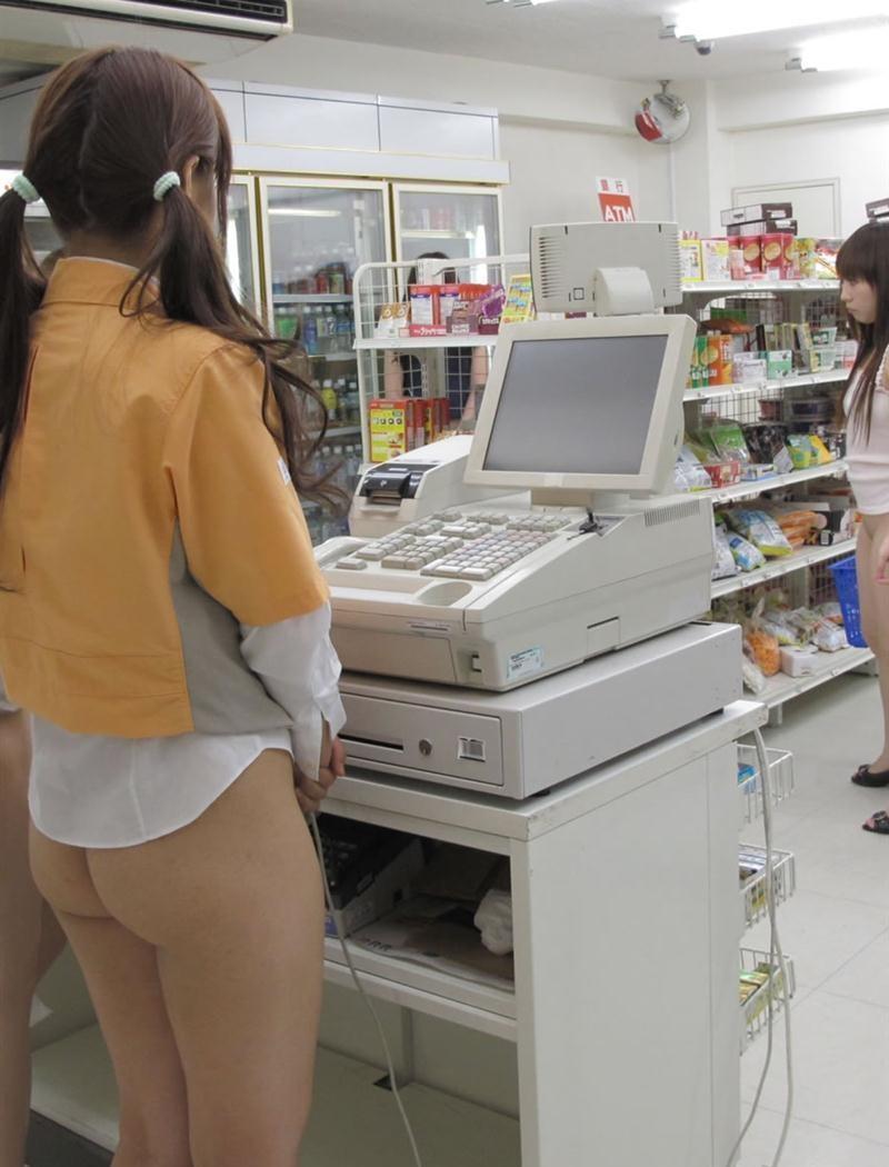 スカートもパンツも履いてないノーパンコンビニ店員(女子)