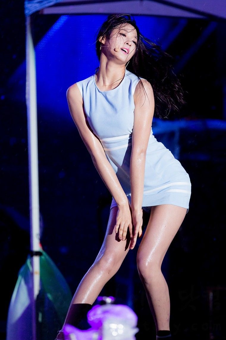 パンチラギリギリのミニスカートでセクシーダンスをするAOAのソルヒョン