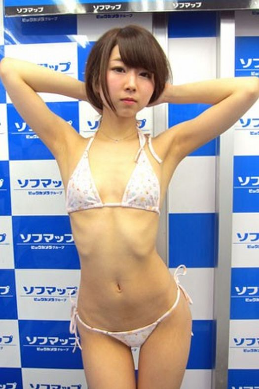DVD「純系ラビリンス」の発売記念イベントでTバック水着でソフマップに登場した嶋本りん