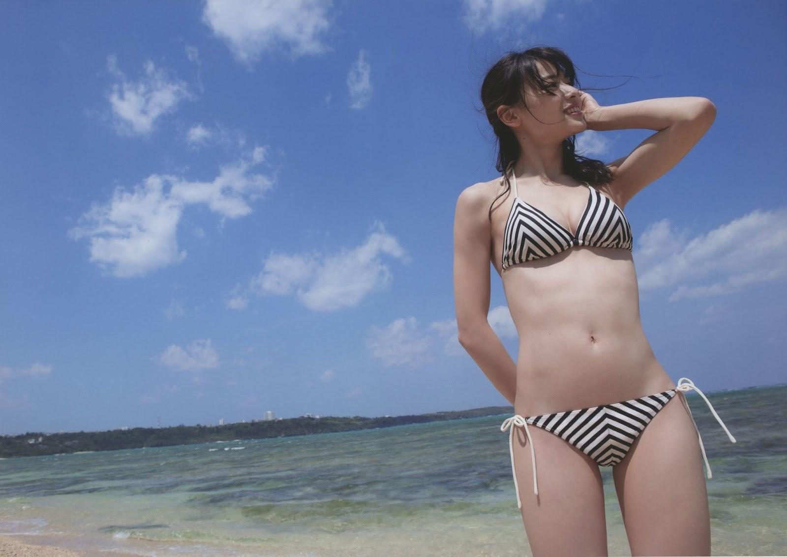 写真集「Nobody knows 23」の撮影でビキニの水着を着た矢島舞美