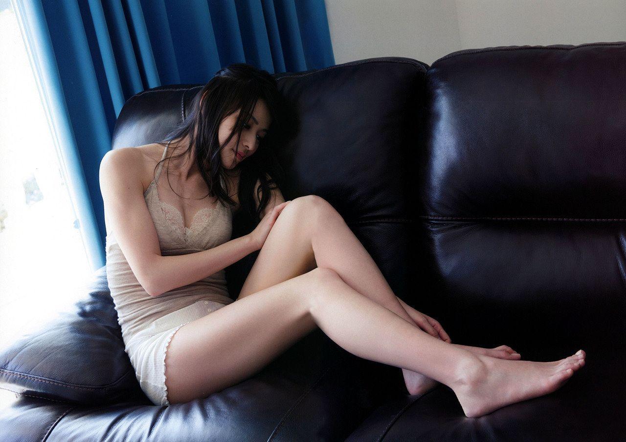 写真集「Nobody knows 23」キャミソールにショートパンツを履いた矢島舞美