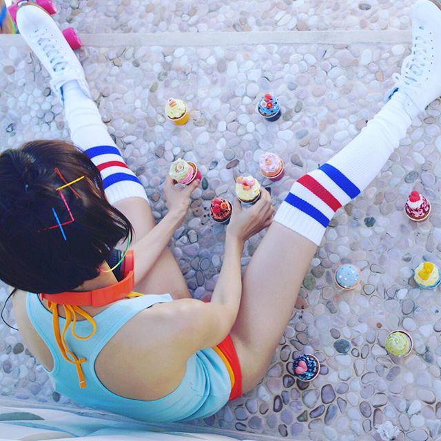 篠田麻里子がショートパンツで丸出しにした脚の付け根と太もも