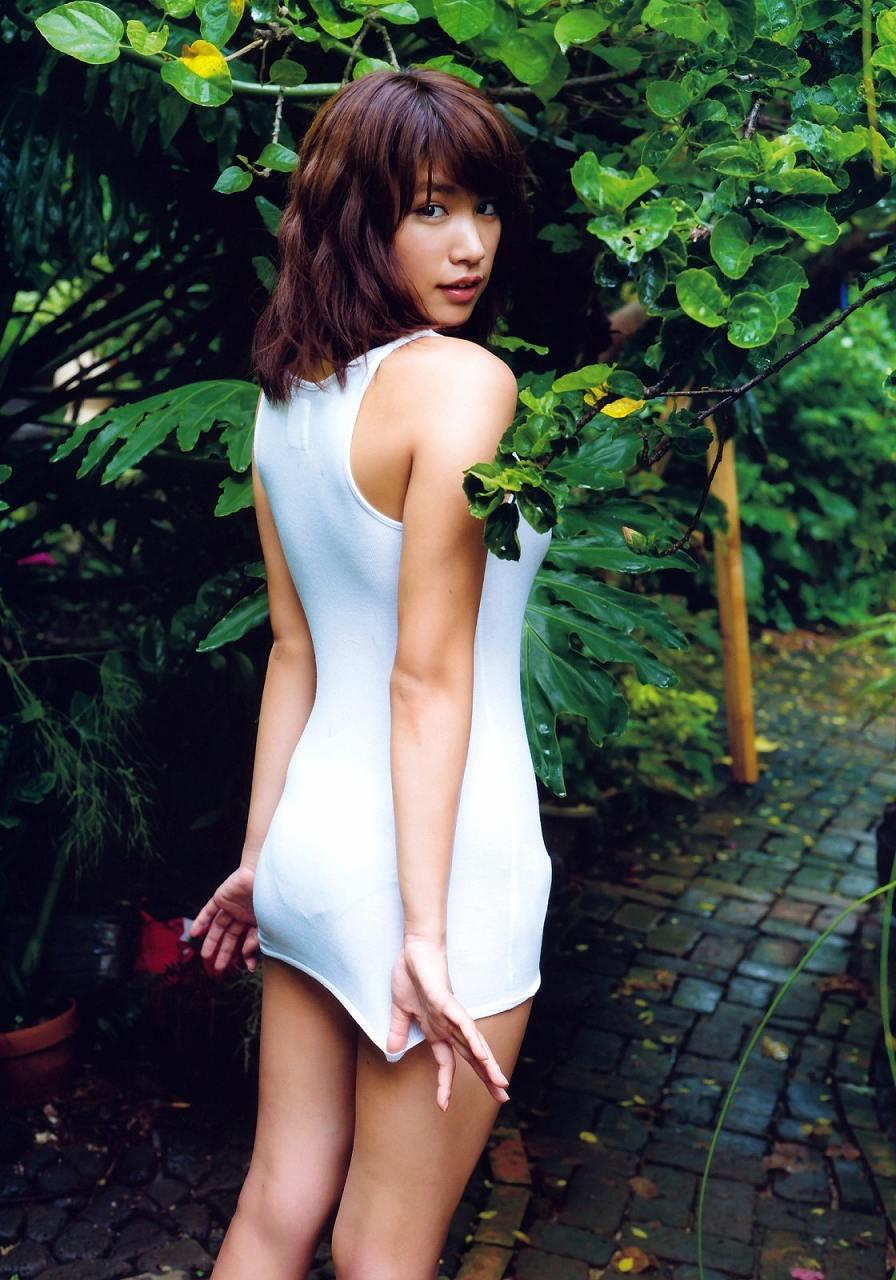 久松郁実のファースト写真集「La iku」、超ミニスカートボディコンを着た久松郁実