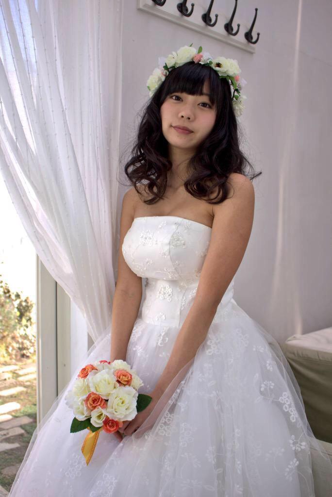 ウェディングドレスを着た青山ひかる