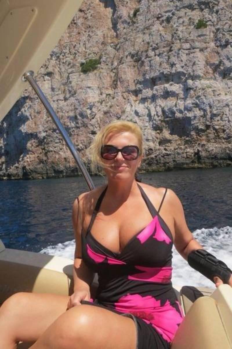 ビキニの水着を着たクロアチア大統領のJカップおっぱい