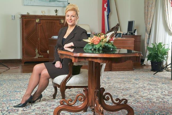 黒ストッキングにハイヒールを履いたクロアチア大統領