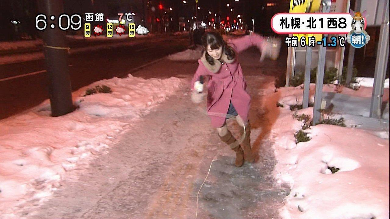 STV「どさんこワイド!!朝!」、凍結した雪で滑ってパンチラする大家彩香アナ