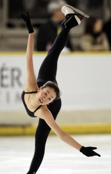 黒いキャミソールでスケートをする浅田真央