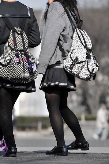 黒いタイツを履いたミニスカート制服JK