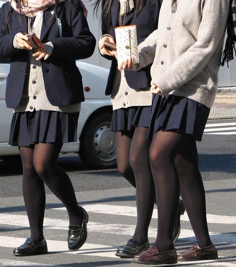 黒いタイツを履いたミニスカ女子高生