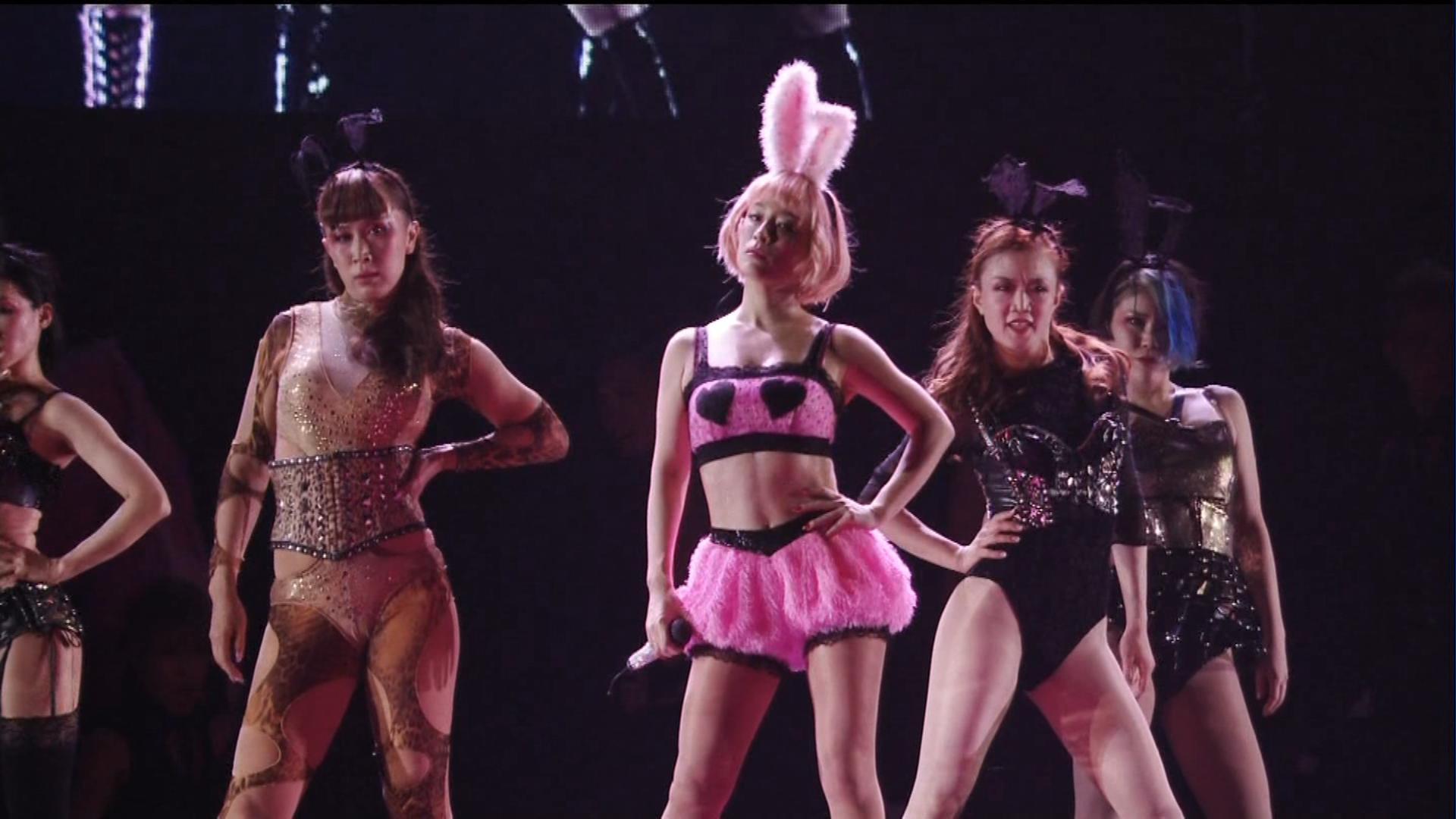 露出度の高いバニーガール衣装で歌う浜崎あゆみ