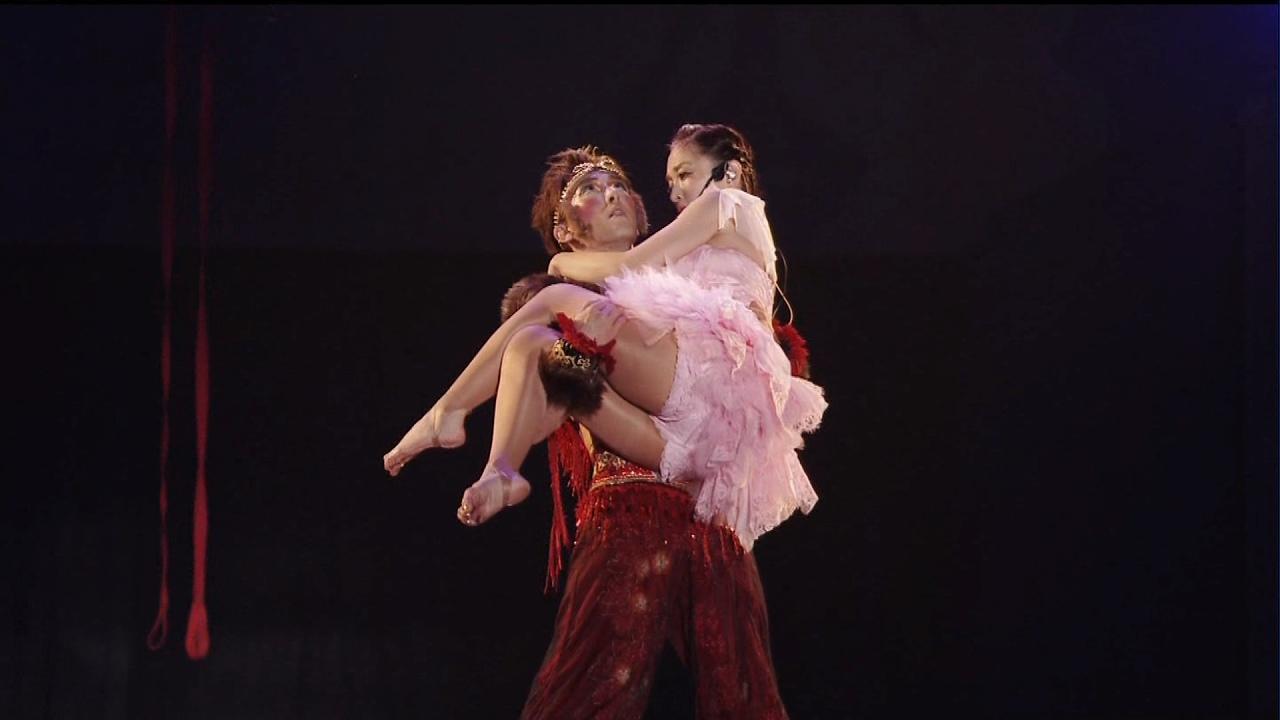 ダンサーに抱えあげられてパンチラしてる浜崎あゆみ