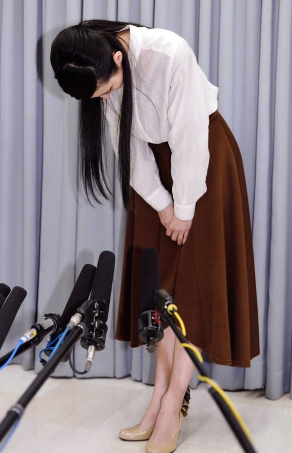 ゲスの極み乙女。の川谷絵音との不倫報道を受けて会見で深々と頭を下げるベッキー