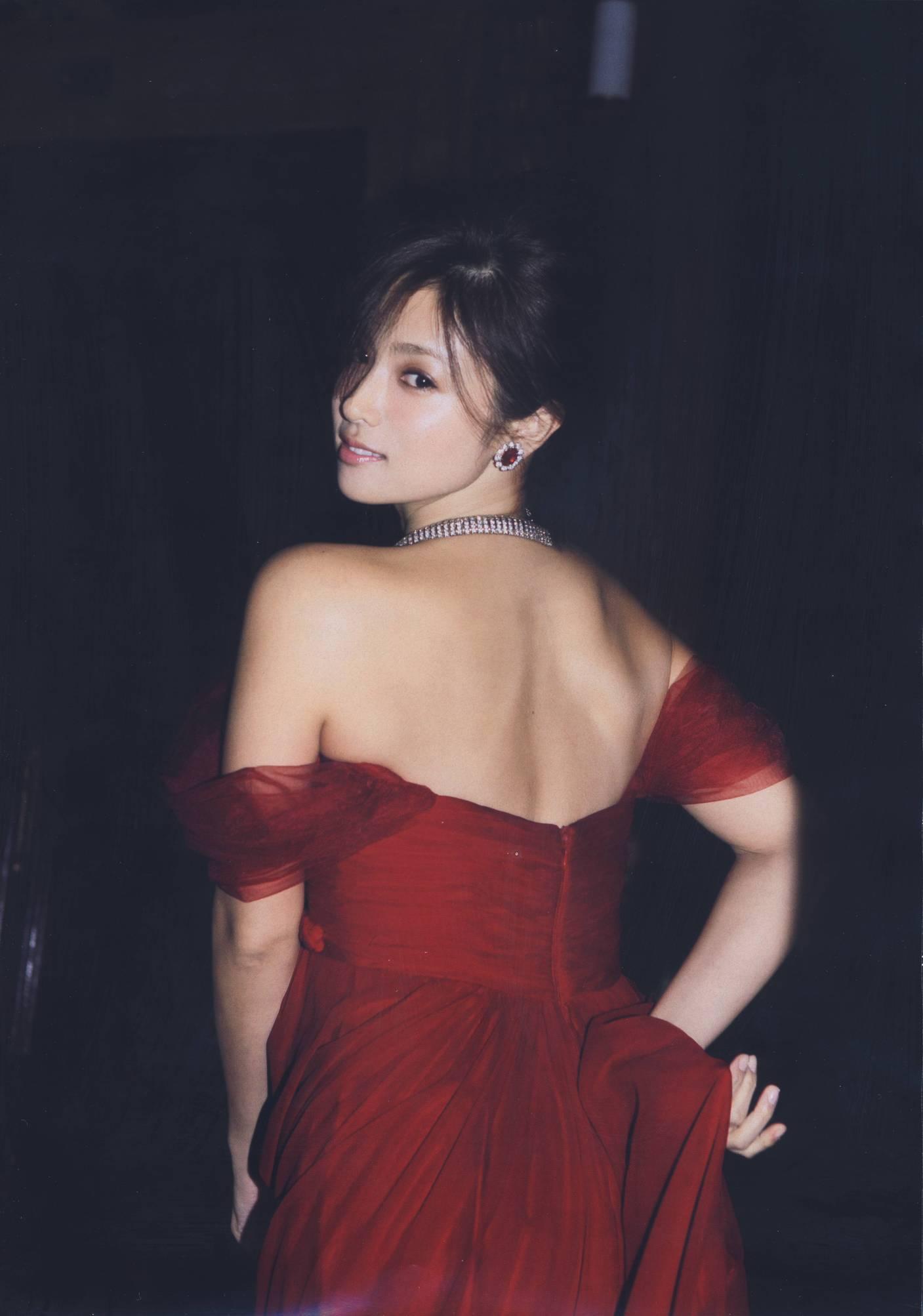 深田恭子の最新写真集「Nu season」画像、赤いドレスで背中丸出しの深田恭子