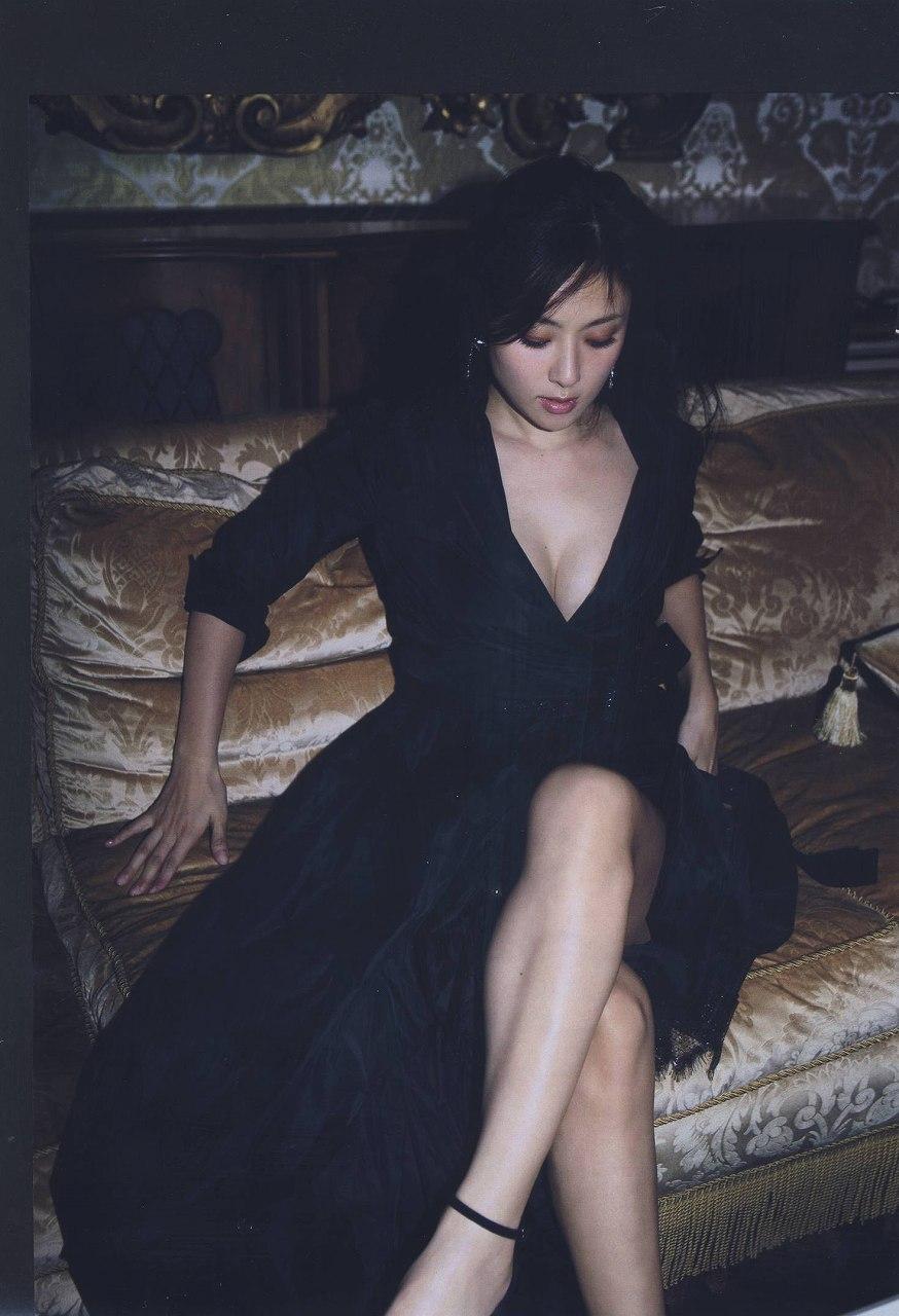 深田恭子の最新写真集「Nu season」画像、セクシーなワンピースを着て胸の谷間丸出しの深田恭子