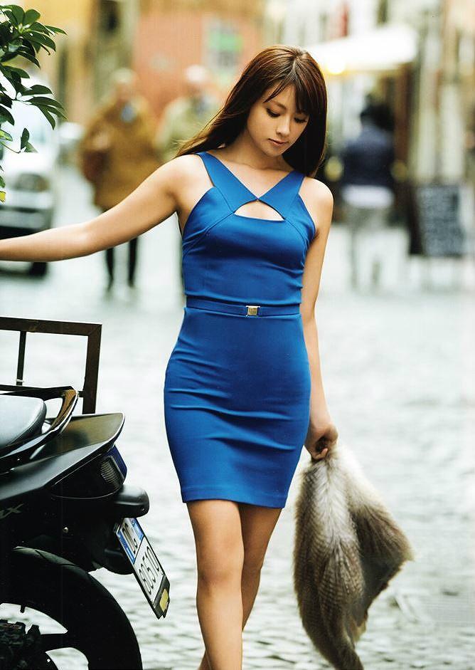体のラインが出る青いワンピースを着た深田恭子のグラビア