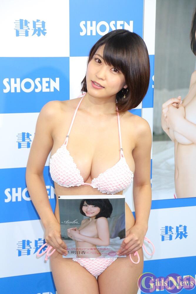 DVDの発売記念イベントでソフマップに登場した岸明日香