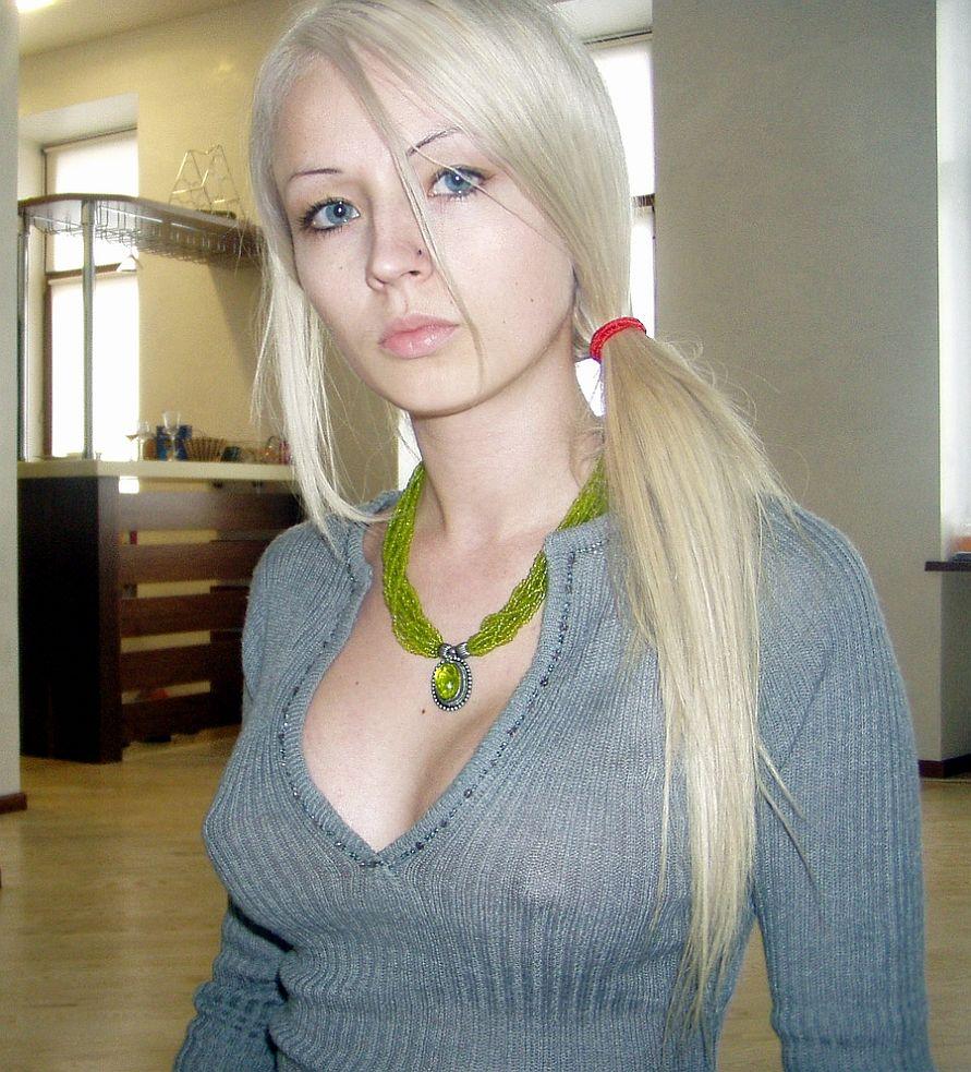 ノーブラで乳首の形が丸分かりの女