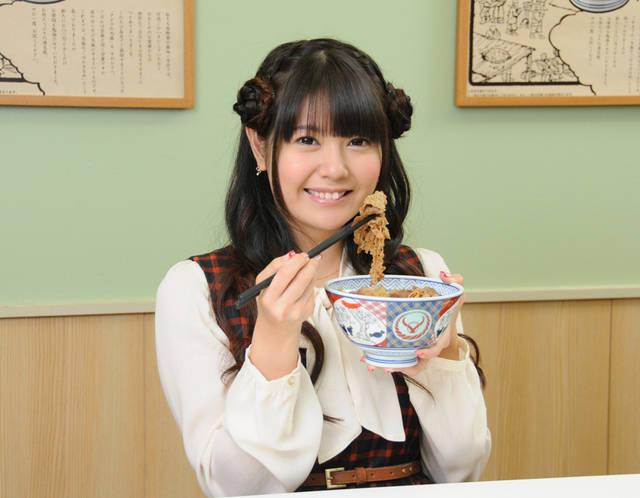 牛丼を食べる竹達彩奈
