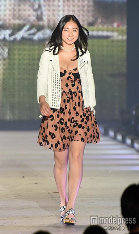 ファッションショーに出演した紗綾の頭身
