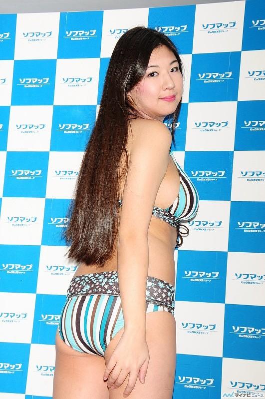 DVD「渋谷区立原宿ファッション女学院 番外編 ソロイメージ」発売記念イベントでソフマップに登場した有村こはる