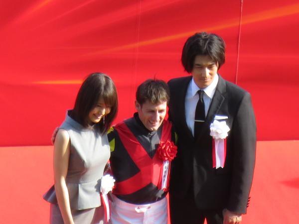 ダービーの表彰式のプレゼンターで登場した有村架純と瑛太