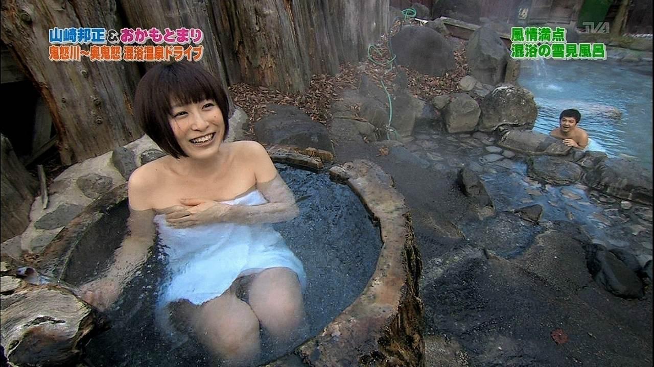 バスタオル1枚で入浴するおかもとまり