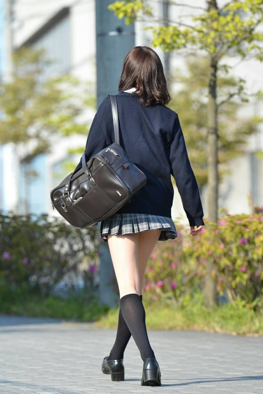 制服を着た女子高生のパンチラ