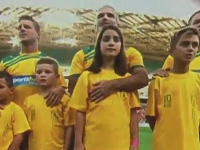 国歌斉唱中に8歳の娘の胸を触っているサッカー選手(父親)