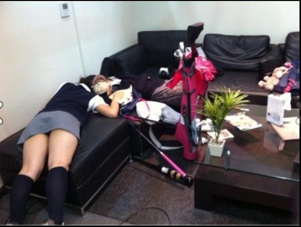 タイトミニスカートの制服を着て寝ころぶ慶應義塾女子高等学校のJK