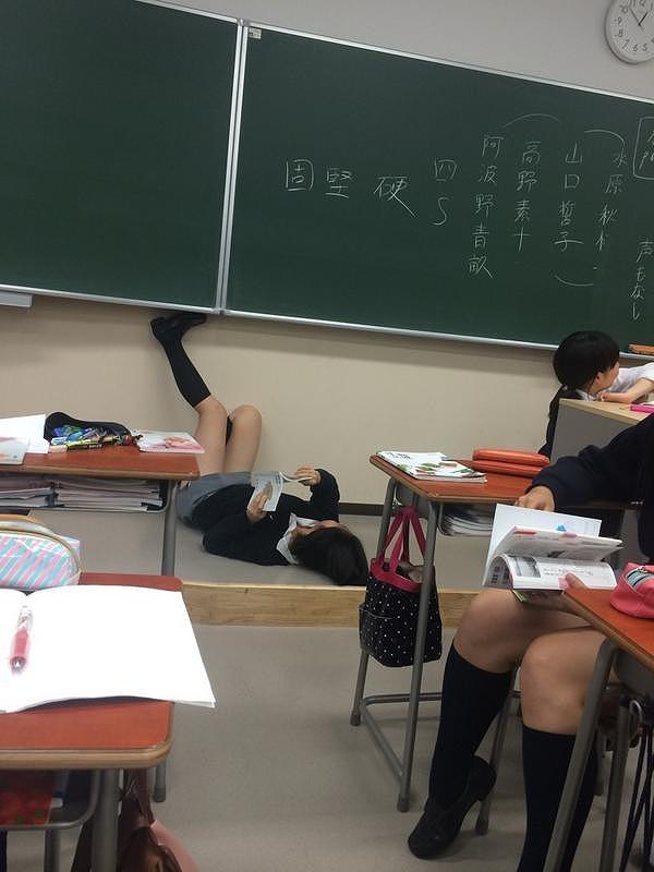 タイトミニスカートの制服を着た慶應義塾女子高校の女子高生