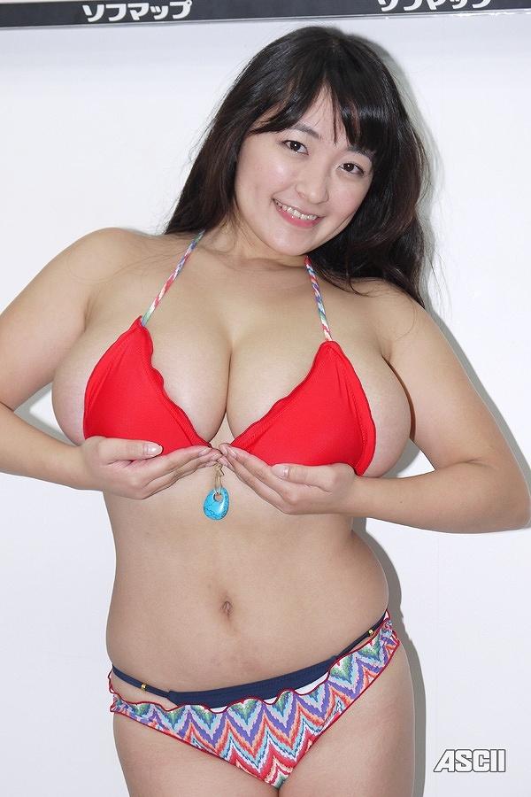 DVD「in blossom ~早紀誇る愛~」の発売記念イベントでソフマップに登場した柳瀬早紀