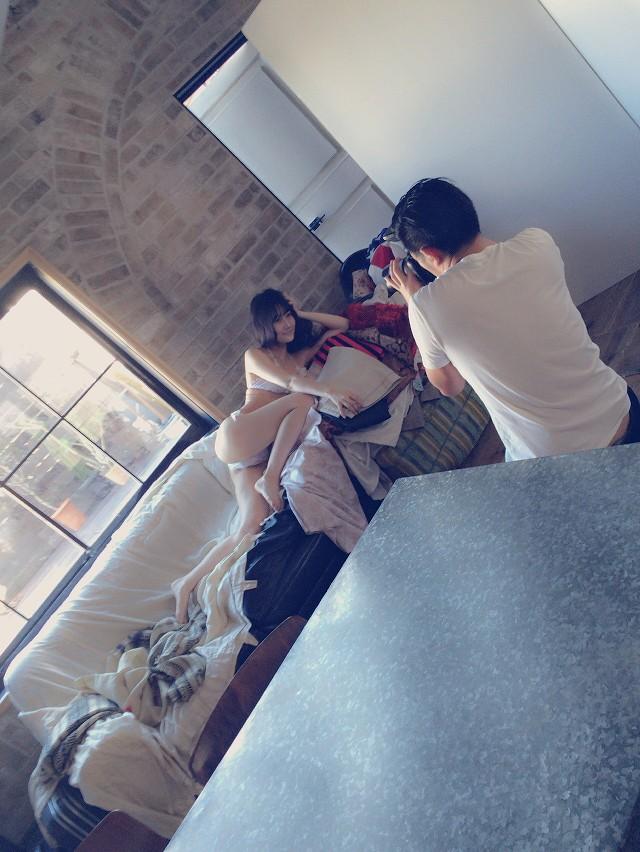 NMB48・矢倉楓子の水着グラビア撮影オフショット(M字開脚より過激なポーズをとる矢倉楓子)