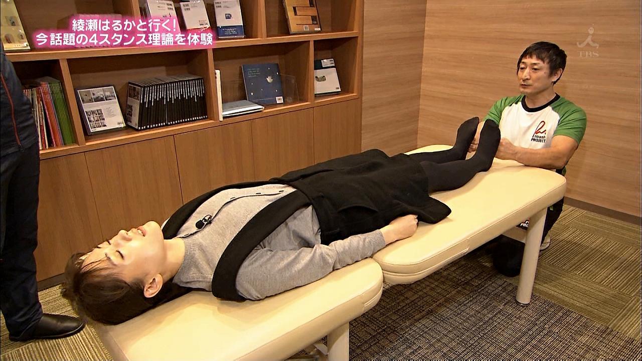 TBS「ぴったんこカン・カン」でベッドに仰向けに寝る綾瀬はるか