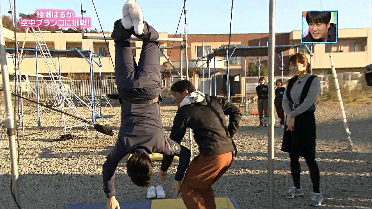 TBS「ぴったんこカンカン」で鉄棒をする安住紳一郎アナのお尻