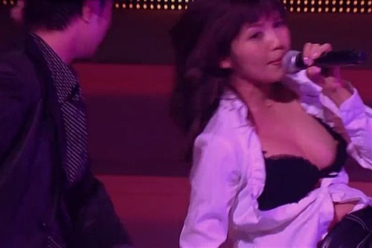 ステージ衣装がずれて乳首ポロリしているAAAの宇野実彩子