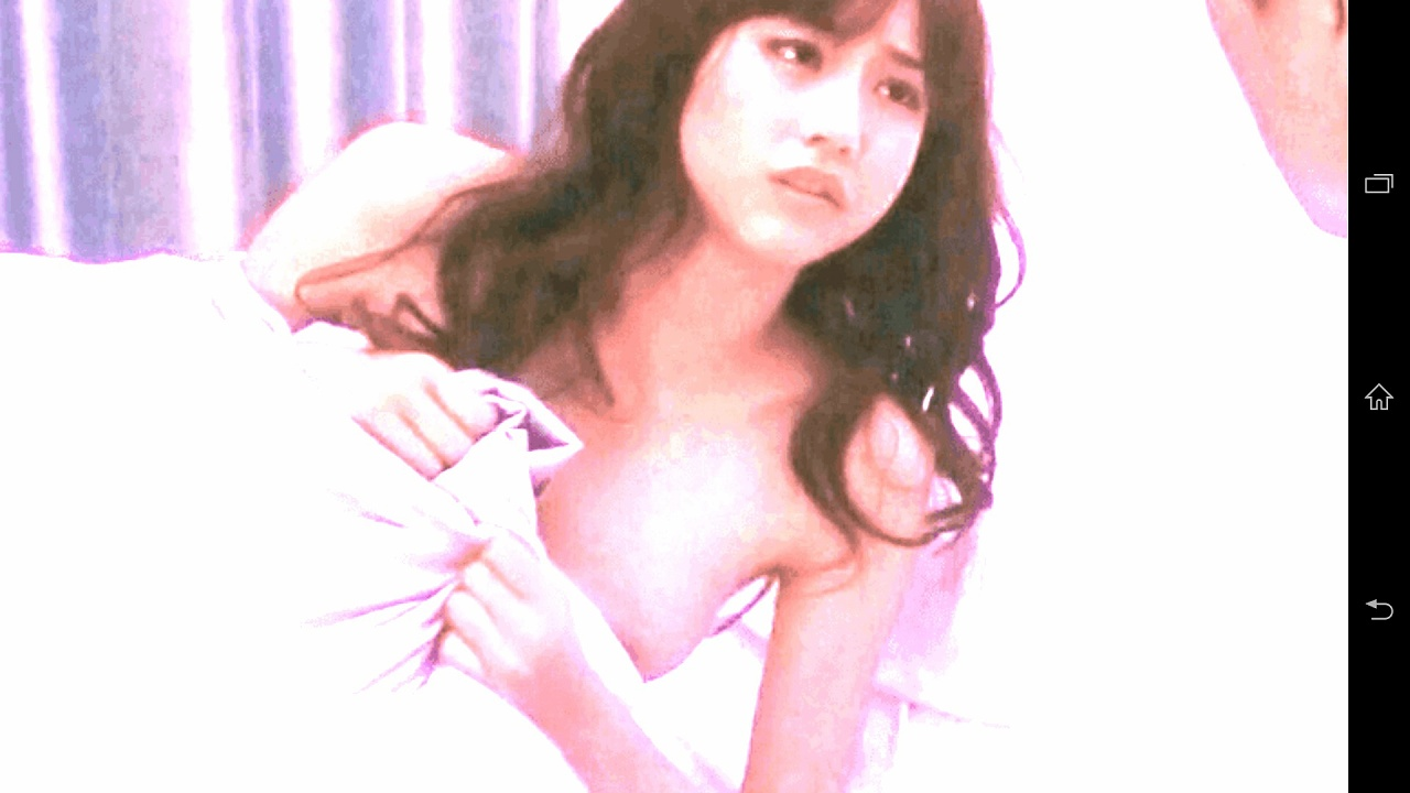 乳首をポロリしている桐谷美玲