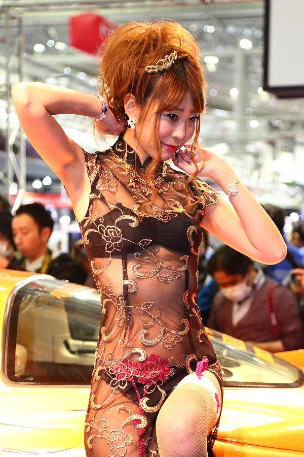 「東京オートサロン2016」AIWAブース、スケスケ服を着てブラジャーとTバックパンツ丸見えのコンパニオン