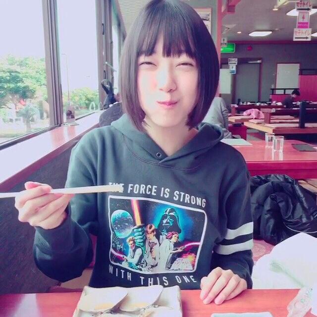 美味しそうにご飯を食べる乃木坂46・堀未央奈