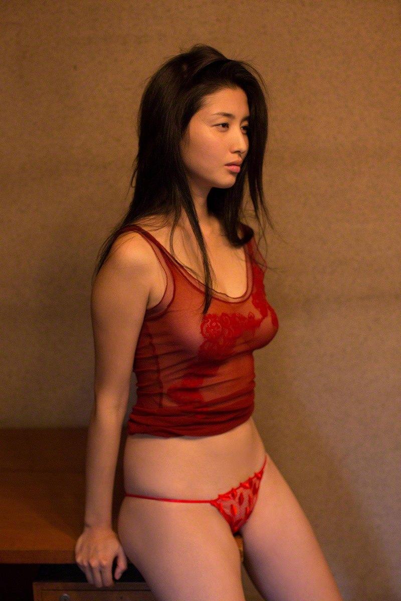 橋本マナミの横乳グラビア