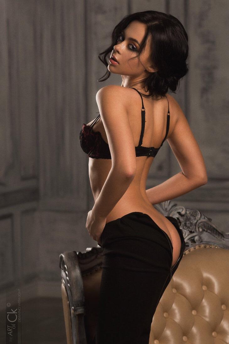 ぴっちりパンツから生尻を見せてる外人女性