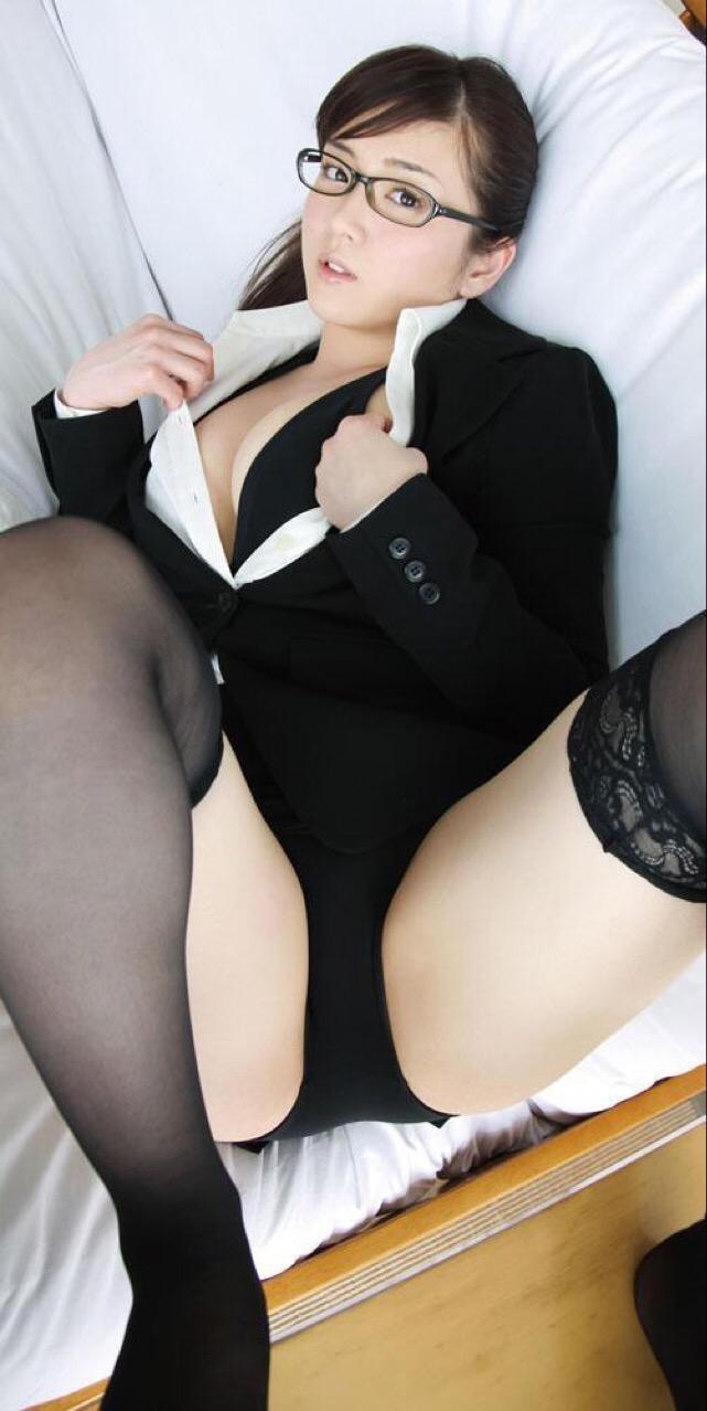 タイトスカートのOLスーツを着た女の仰向けM字開脚
