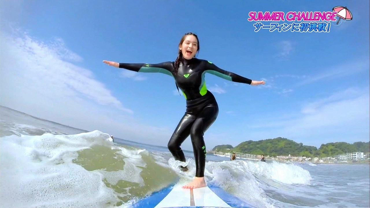 テレ東「SUMMER GIRLS in NANANA BEACH」でウェットスーツを着てサーフィンをする筧美和子の着衣巨乳