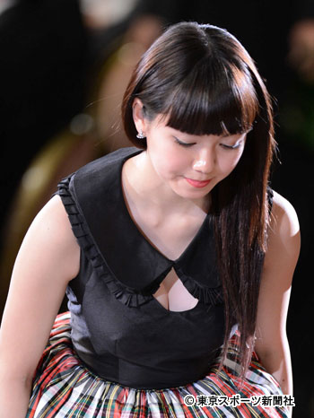 日本アカデミー賞でセクシードレスを着た二階堂ふみのおっぱい谷間