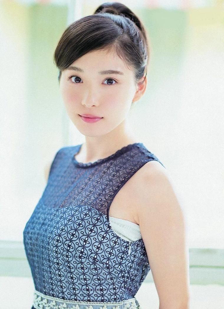 松岡茉優の着衣巨乳グラビア