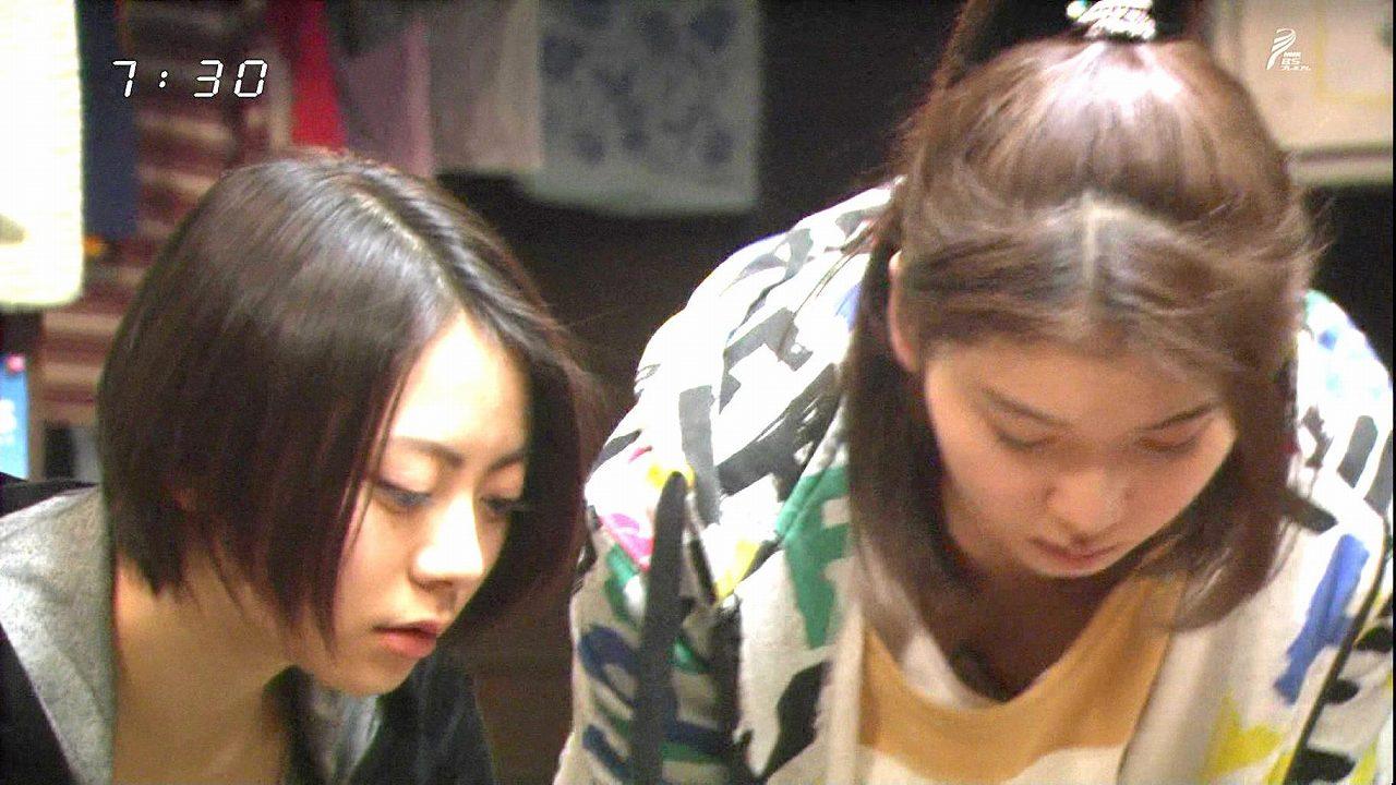 NHK朝ドラ「あまちゃん」でかがんで胸チラする松岡茉優