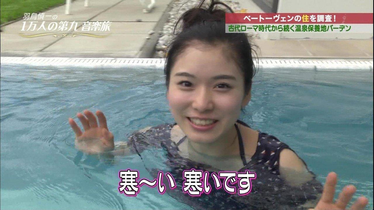 水着を着て温泉に入る松岡茉優