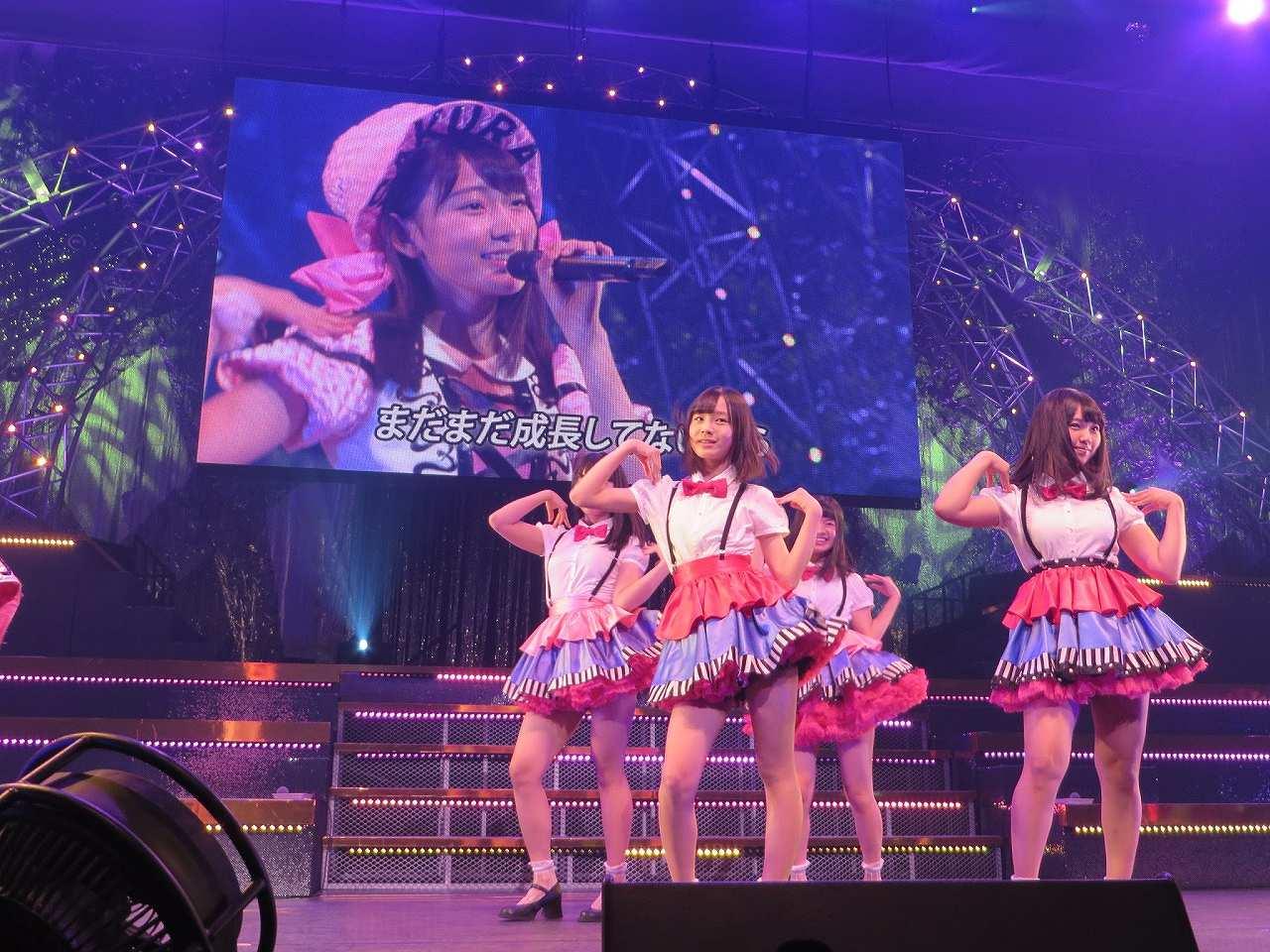 サスペンダー衣装を着たHKT48・山内祐奈の着衣巨乳