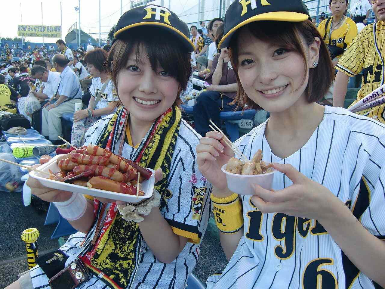 球場で阪神タイガースのユニフォームを着た多喜美奈子